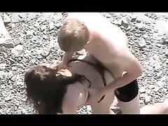 Подглядывание на пляже через скрытую камеру за возбуждённой парочкой