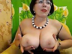Зрелая и толстая домохозяйка на вебкамеру показывает натуральные большие сиськи