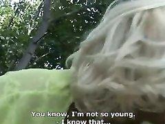 Зрелая блондинка на улице от первого лица строчит домашний минет и трахается