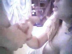 Грудастая блондинка открыла рот для спермы после любительского минета