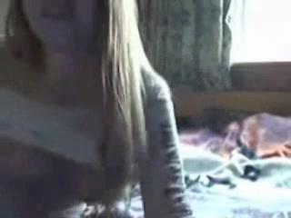 Молодая домохозяйка перед вебкамерой раздвинула ноги и дрочит киску на кровати
