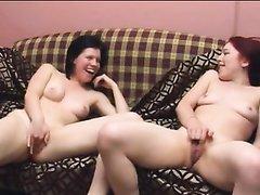 Подглядывание домашней мастурбации рыжей лесбиянки и возбуждённой брюнетки