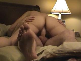 Скрытая камера снимает влюблённую зрелую пару в 69 позе и в положении дама сверху