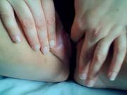 Крупный план любительской мастурбации розовой киски от широкобёдрой леди