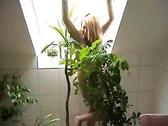 Рыжая немецкая соблазнительница с загаром разделась в любительской сцене