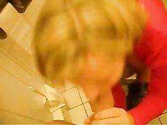 Немецкая блондинка в туалете сделав любительский минет встала в наклон
