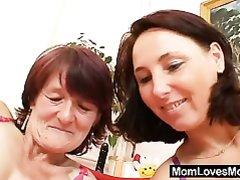 Зрелые лесбиянка и рыжая домохозяйка лижут и дрочат волосатые дырочки