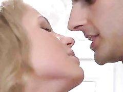 Блондинка с большими сиськами на романтическом свидании отдалась любовнику
