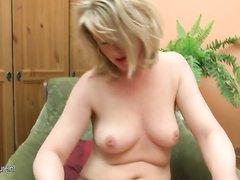 Раздевшись зрелая блондинка предалась любительской мастурбации с вибратором