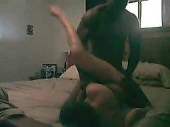 Негр перед скрытой камерой жёстко трахнул зрелую киску белой домохозяйки