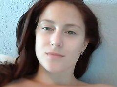 Рыжая студентка предалась любительской мастурбации влажной дырочки