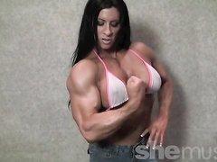 Брюнетка разделась в домашней сцене и показывает мускулистые прелести