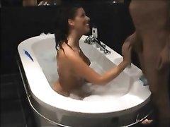 Грудастая брюнетка сделав любительский минет трахается в ванной на карачках
