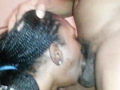 Негритянка делает любительский минет с глубокой глоткой обладателю чёрного члена