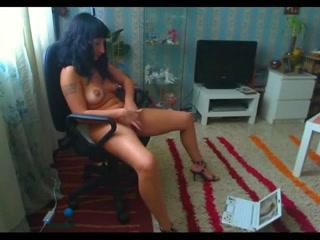 Подглядывание любительской мастурбации возбуждённой брюнетки перед ноутбуком