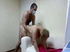 Зрелая русская блондинка с молодым соседом перед домашней скрытой камерой