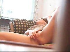 Подглядывание домашней мастурбации длинноногой красотки с мокрой киской