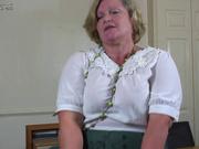 Зрелая и толстая блондинка разделась для любительской мастурбации с вибратором