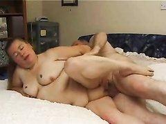 Зрелый толстяк навалился на похотливую любовницу и всадил член в щелочку