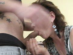 Зрелая развратница в чулках после любительской мастурбации шалит с молодым парнем