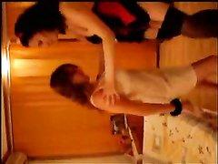 Любительское подглядывание за молодыми лесбиянками играющими в постели