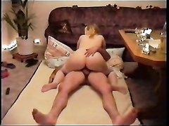 Молодая блондинка в чулках перед домашней скрытой камерой оседлала член