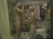 Домашнее подглядывание в ванной интима с блондинкой с окончанием внутрь