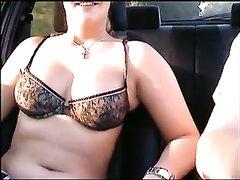 Развратница с бритой киской в машине пытается соблазнить любвеобильного водителя