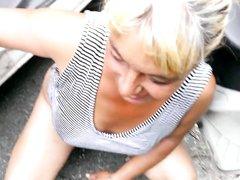 Молодой любовник крупным планом трахает бритую киску и рот зрелой блондинки