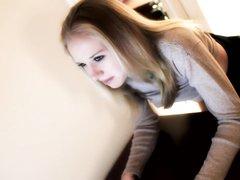 Молодую блондинку перед вебкамерой жёстко трахнул похотливый любовник