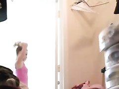 Скрытая камера снимает переодевание молодой красотки с маленькими сиськами
