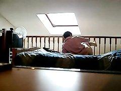 Подглядывание по скрытой камере за раздевающейся зрелой домохозяйкой