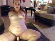 Широкобёдрая толстая блондинка балдеет от любительской мастурбации с игрушкой