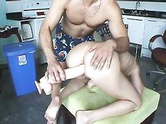 Зрелая развратница раздвинула ноги для домашней мастурбации огромным фаллосом
