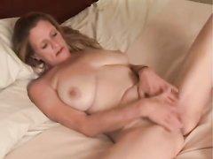 Зрелая грудастая дама перед скрытой камерой увлеклась домашней мастурбацией