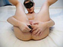 Красотка в маске задрав ноги перед вебкамерой занялась домашней мастурбацией