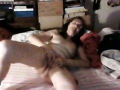 Подглядывание за любительской мастурбацией зрелой развратницы в постели