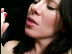 Любительская мастурбация ухоженной зрелой брюнетки и бурный сквиртинг