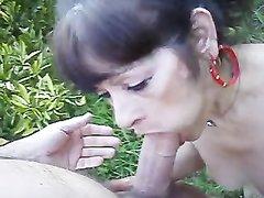 Молодой парень на природе кончает в рот зрелой любовнице отсосавшей член