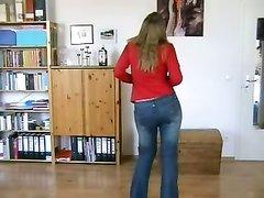Леди в чулках танцует домашний стриптиз и сосёт член для окончания на лицо