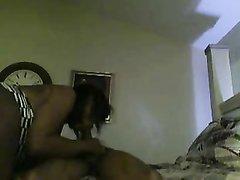 Скрытая камера снимает в спальне домашний хардкор с грудастой негритянкой