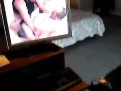 Зрелая домохозяйка в чулках просматривая горячую сцену мастурбирует киску