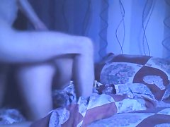 Русская красотка перед вебкамерой в постели сблизилась с опытным любовником