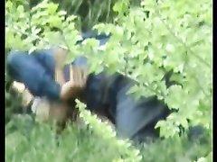 Скрытая камера для любительского подглядывания за похотливой парой в кустах