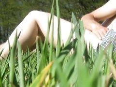 Подглядывание за похотливыми любовниками страстно трахающимися на природе