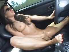 Фигуристая пассажирка в машине от первого лица строчит любительский минет