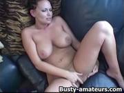Красотка с большими сиськами в домашней сцене мастурбирует влажную киску