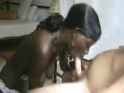 Негритянка строчит домашний минет белому поклоннику впившись губами в член