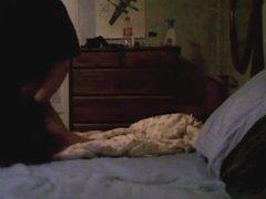 Скрытая камера сняла домашнюю сцену с брюнеткой изменившей супругу в постели