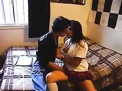Латинская студентка искусно строчит любительский минет и целуется с другом
